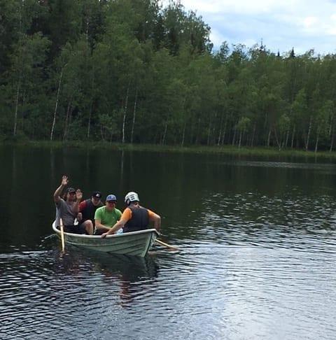 Kasken asumisyksikön asukkaita ja henkilökuntaa veneilemässä