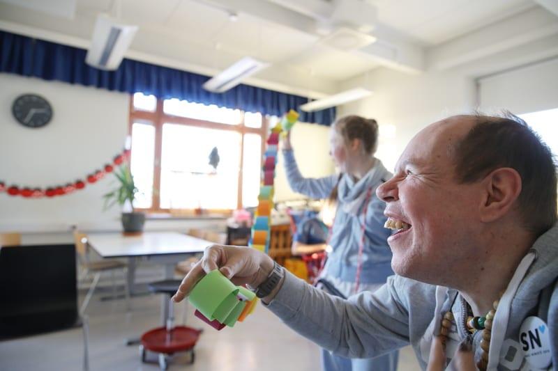 Kornetti: asukkaat iloitsevat ja leikkivät värikkään paperikoristeen kanssa.