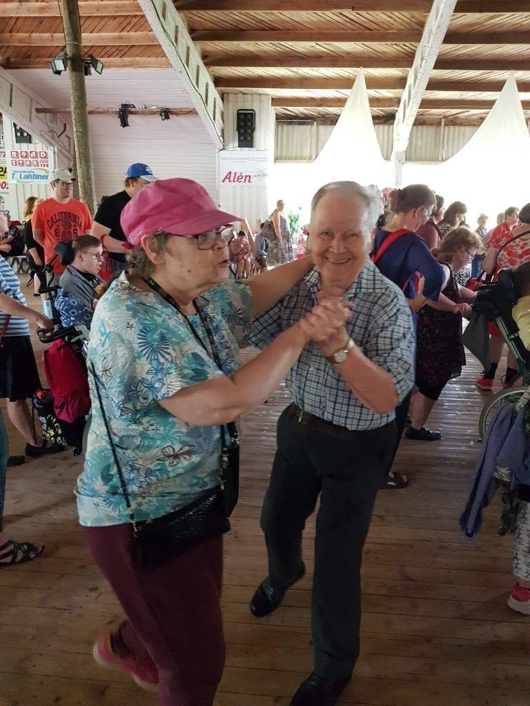 Kaksi asukasta tanssivat lavatansseissa