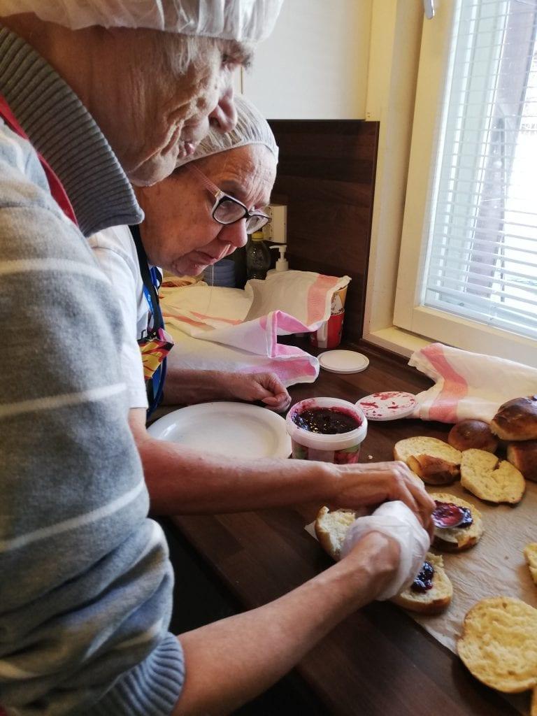 Vapaalankodissa asukkaat tekevät hillovoileipiä