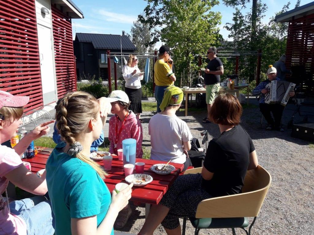 Melban asumisyksikössä vietetään kesäjuhlaa ulkosalla
