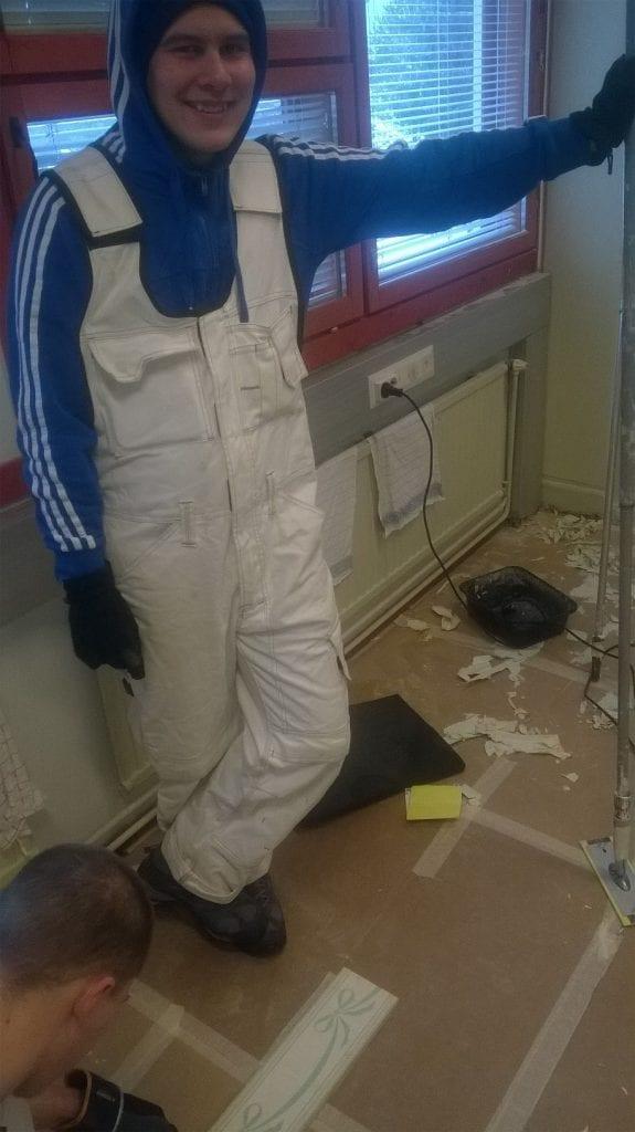 remonttiryhmän asiakas remontoitavassa huoneessa
