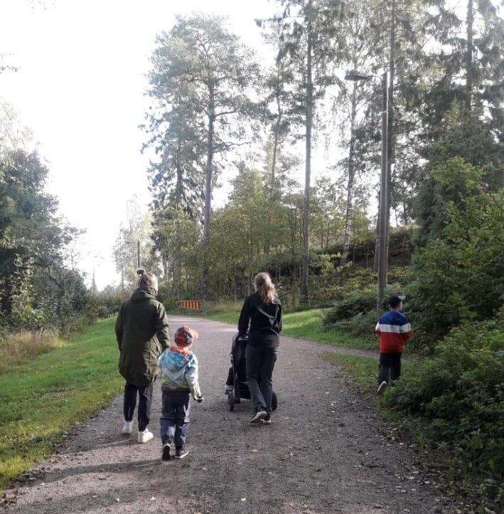 Juniori-Viikarin lapsia ja ohjaajia kävelyllä metsätiellä