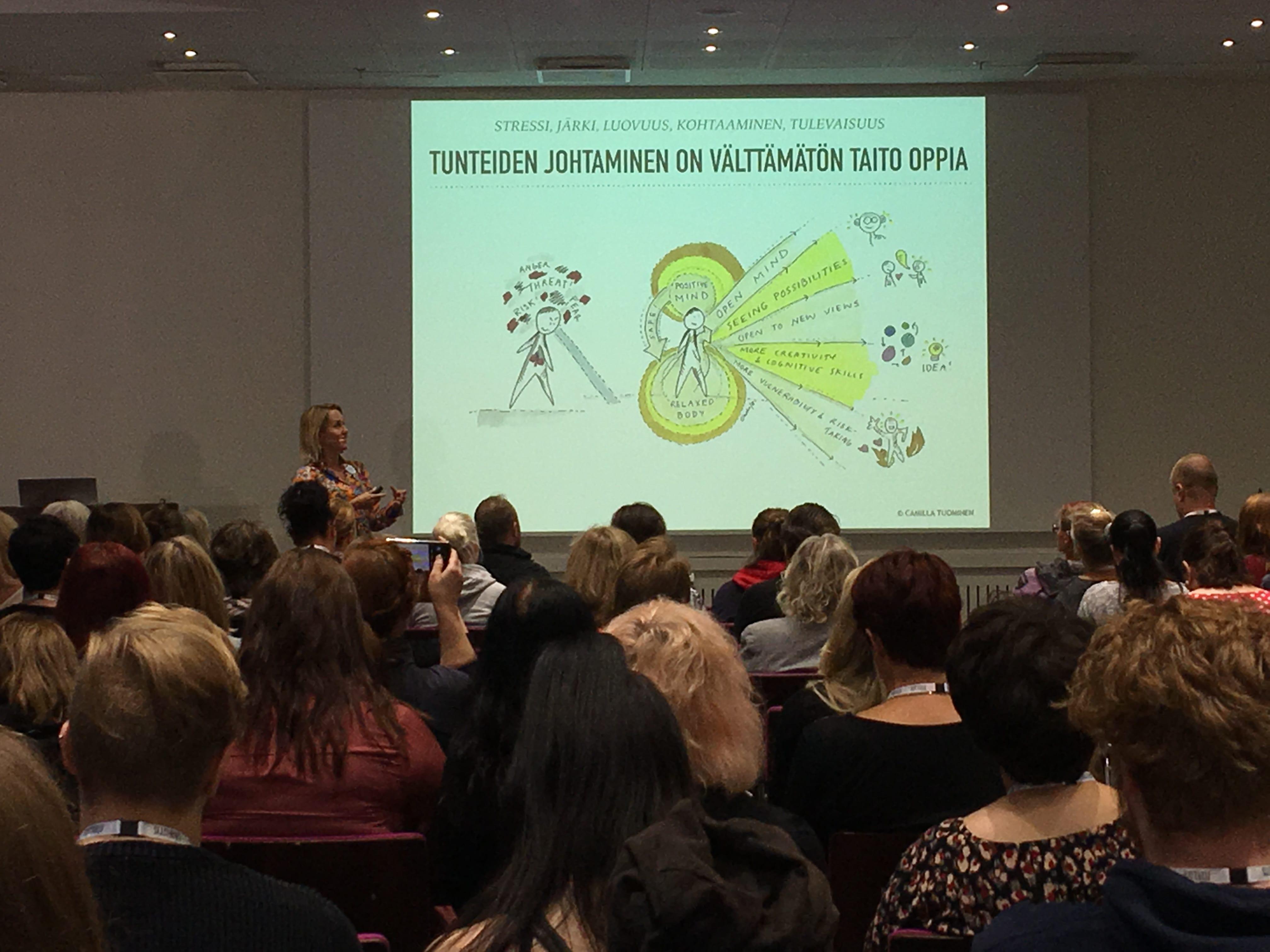 Tunne työsi seminaarissa yleisöä ja Camilla Tuominen puhumassa tunteiden johtamisesta