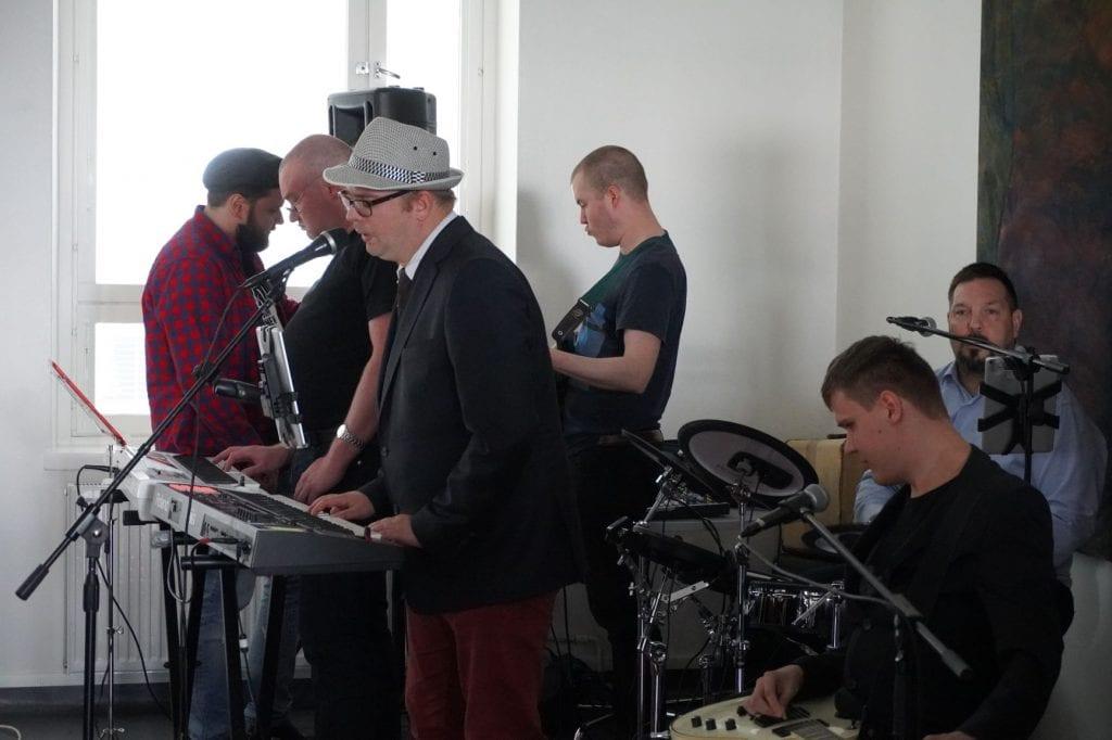 Belenos Group of Artsin ja Resonaari Groupin yhteiskonsertissa esiintyjät instrumenttiensa ääressä