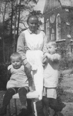 Sisar kahden kehitysvammaisen lapsen kanssa