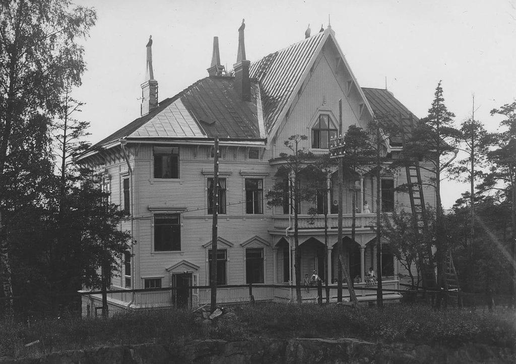 Mustavalkoisessa kuvassa vanha huvila