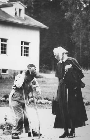 Sisar Aino Miettinen juttelee tien varrella kehitysvammaisen miehen kanssa