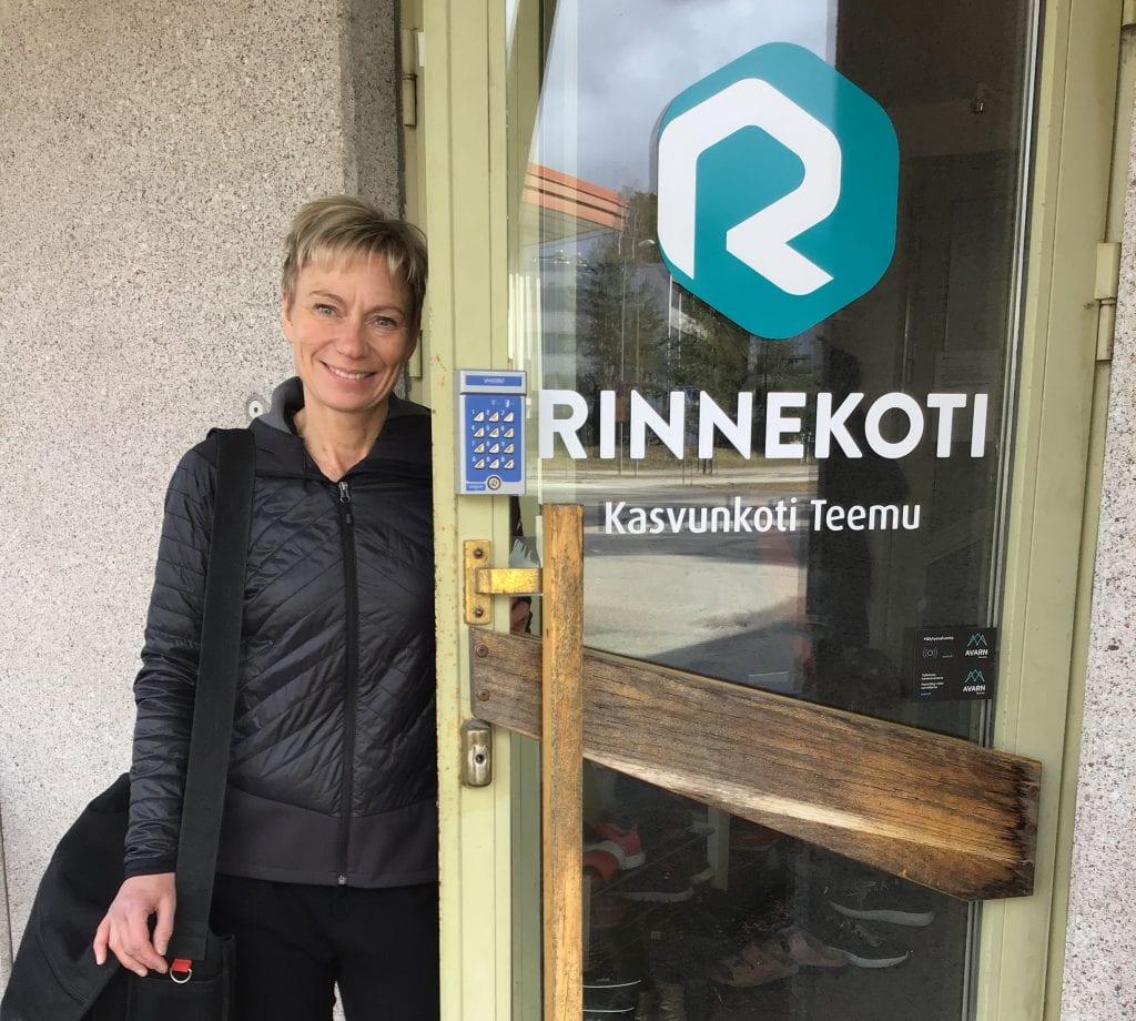 Tuire Mikkonen-Kalpio nojaa Kasvunkoti Teemun ulko-oveen