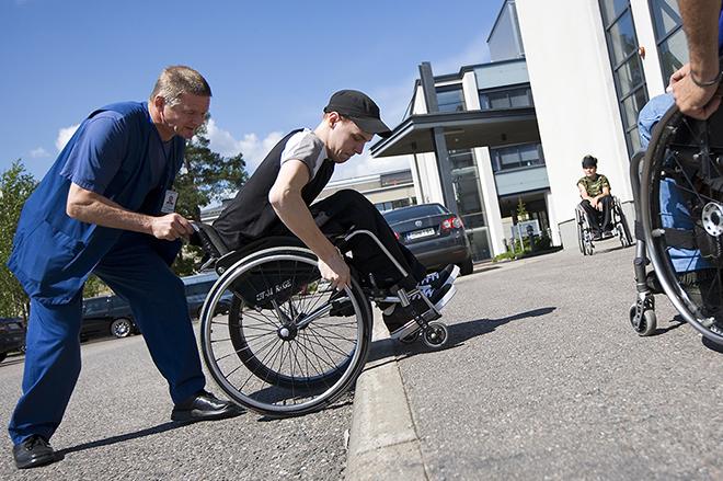 Kuva: Invalidiliitto, TuleApu-hanke, pyörätuolin käyttö