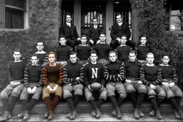 Фрэнсис Скотт Фитцджеральд (третий слева в нижнем ряду) в составе школьной футбольной команды. Фотоиллюстрация: Stephen Webster