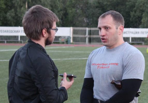 Сергей Корнев дает интервью после второй тренировки в Петрозаводске на стадионе «Юность»