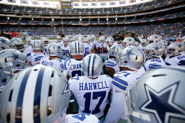 Игроки «Даллас Каубойс» в хаддле во время предсезонной игры НФЛ с «Сан-Диего». Фото: NFL/Ric Tapia