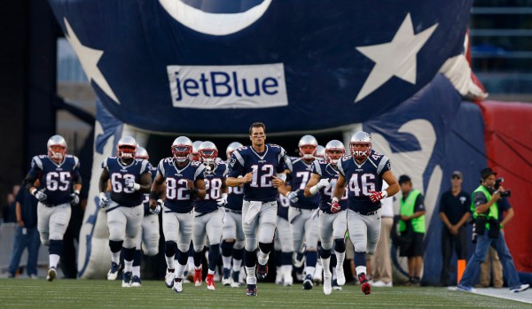Квотербек «Нью-Ингленд» Том Брэди выводит свою команду на предсезонную игру НФЛ против «Грин-Бэй Пэкерс». Фото: NFL/Aaron M. Sprecher