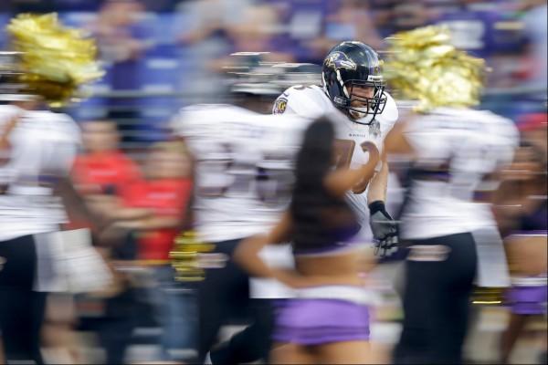 Гард «Балтимора» Маршал Янда выбегает на поле перед началом предсезонной игры НФЛ против «Нью-Орлеана». Фото: AP/Patrick Semansky