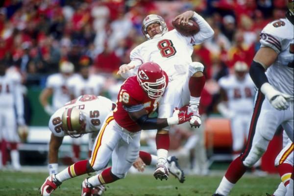 30.11.1997: Деррик Томас (#58, «Канзас-Сити») захватывает квотербека Стива Янга (#8, «Сан-Франциско»). «Чифс» в итоге одержали победу со счётом 44-9.