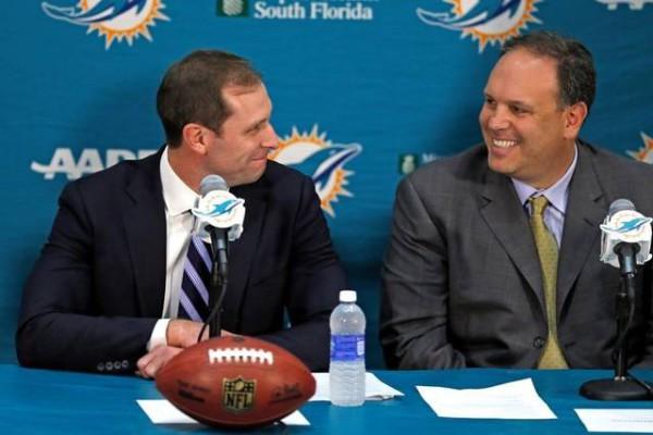 Главный тренер команды Адам Гейз и вице-президент футбольных дел Майк Тэнненбаум.