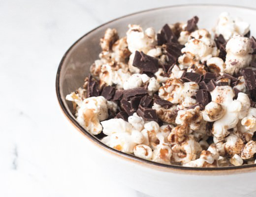 Karamell & Chocolate Chip Popcorn {flowers on my plate}