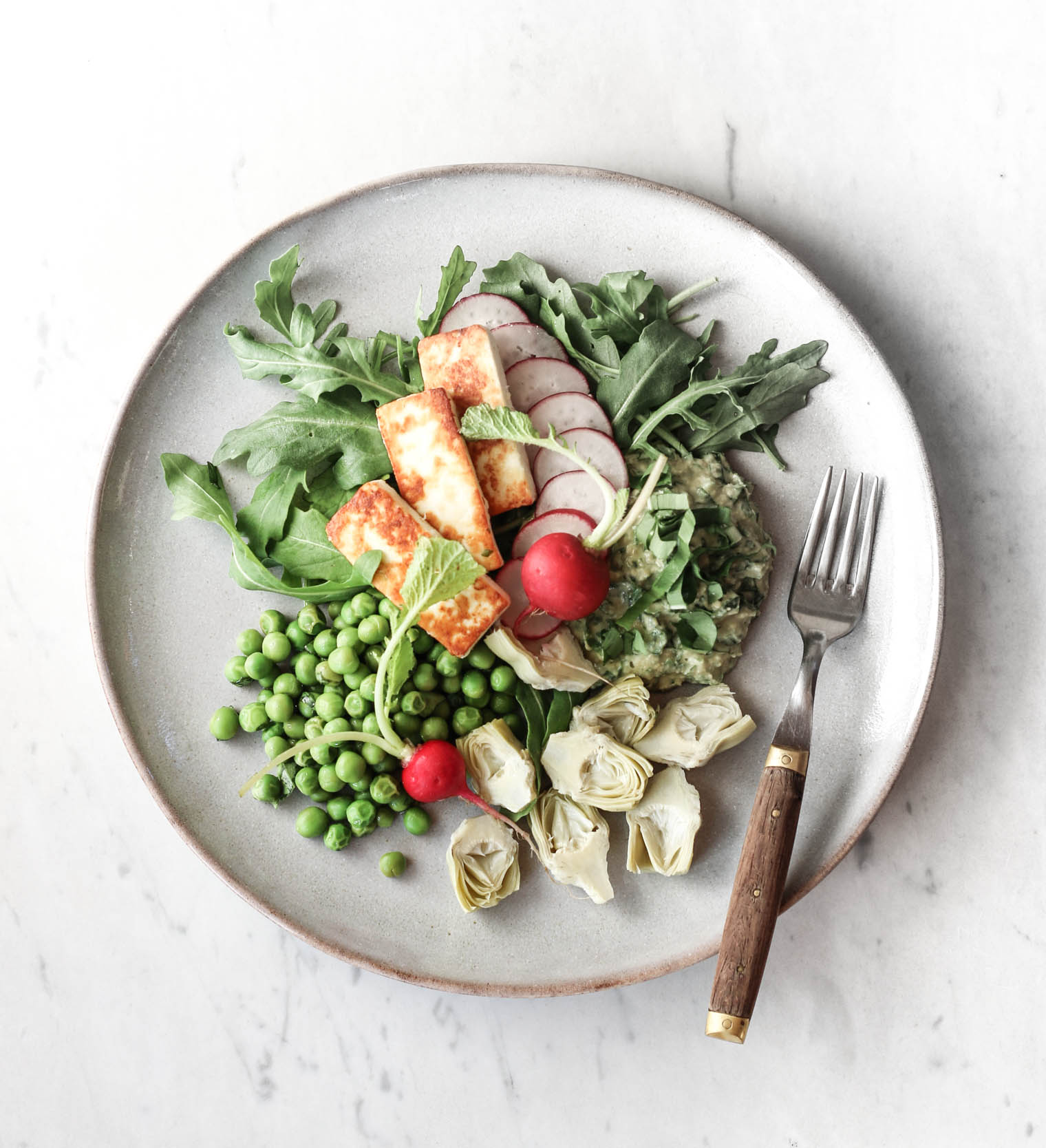 Frühlingsteller mit Bärlauch-Hummus, Radieschen & Artischocken {flowers on my plate}