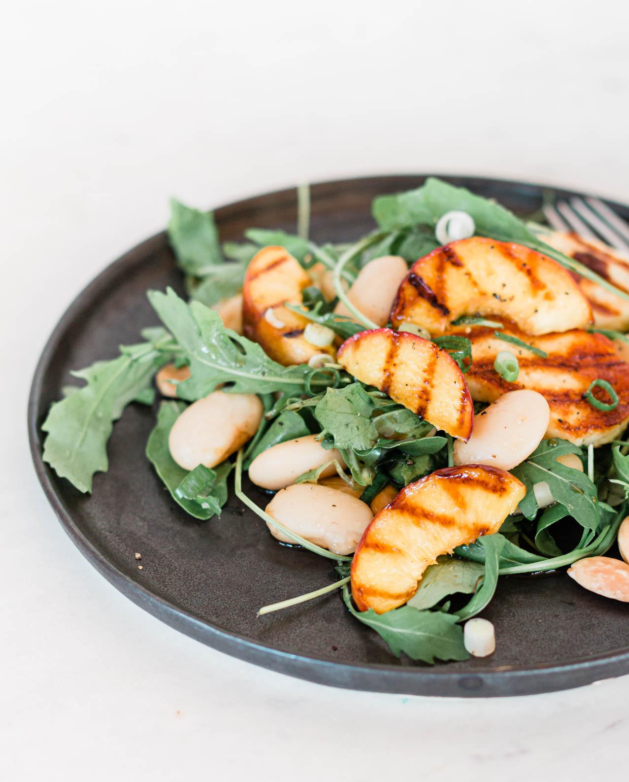 Sommersalat mit gegrillter Nektarine & weißen Bohnen