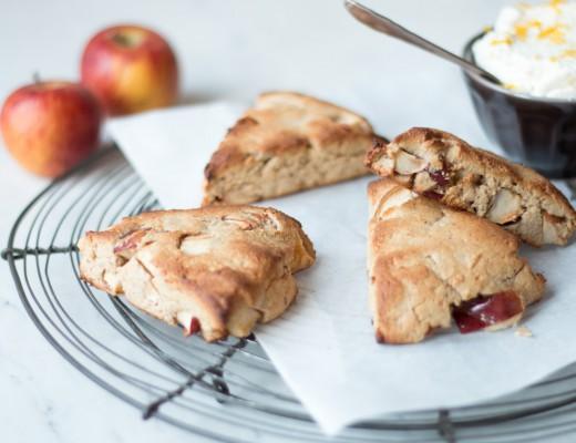 Apfel Scones mit Kardamom-Sahne, glutenfrei {flowers on my plate}