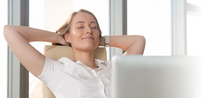 Frau entspannt mit geschlossenen Augen.