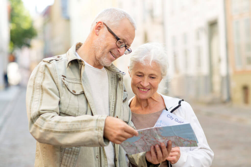 Seniorenpaar studiert einen Stadtplan.