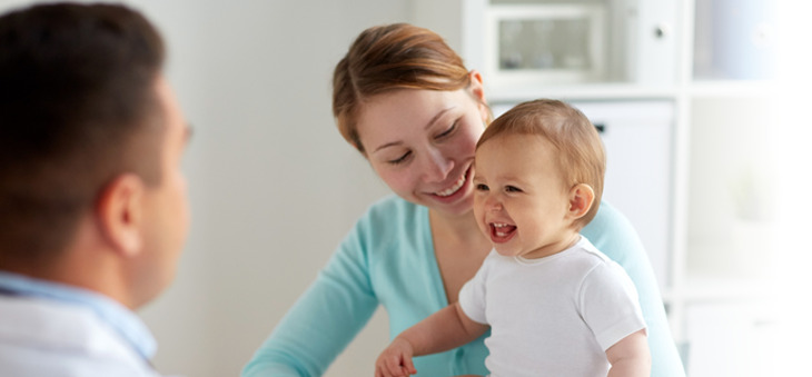 Kleinkind und Mutter beim Arzt.