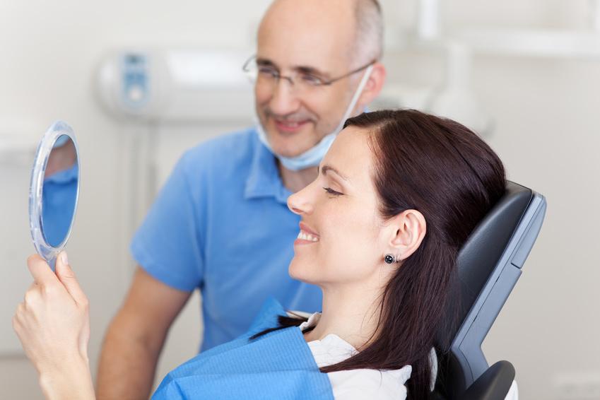 Nachuntersuchung beim Zahnarzt zur Kontrolle des Zahnimplantates