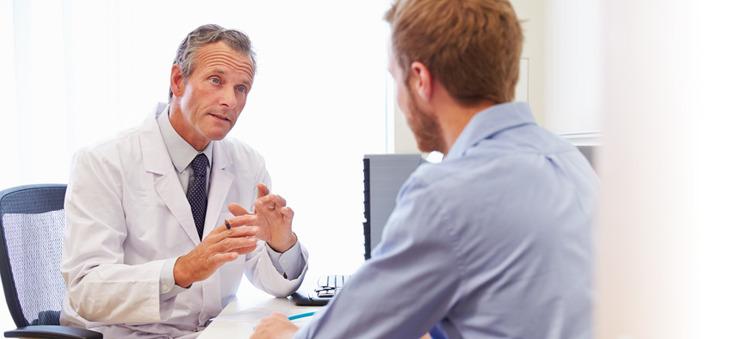 Arzt spricht mit Patienten.