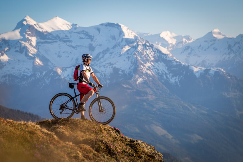 Mountainbiker vor Bergpanorama.