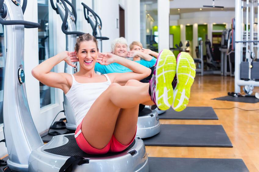 Drei Frauen trainieren im Fitness-Studio.