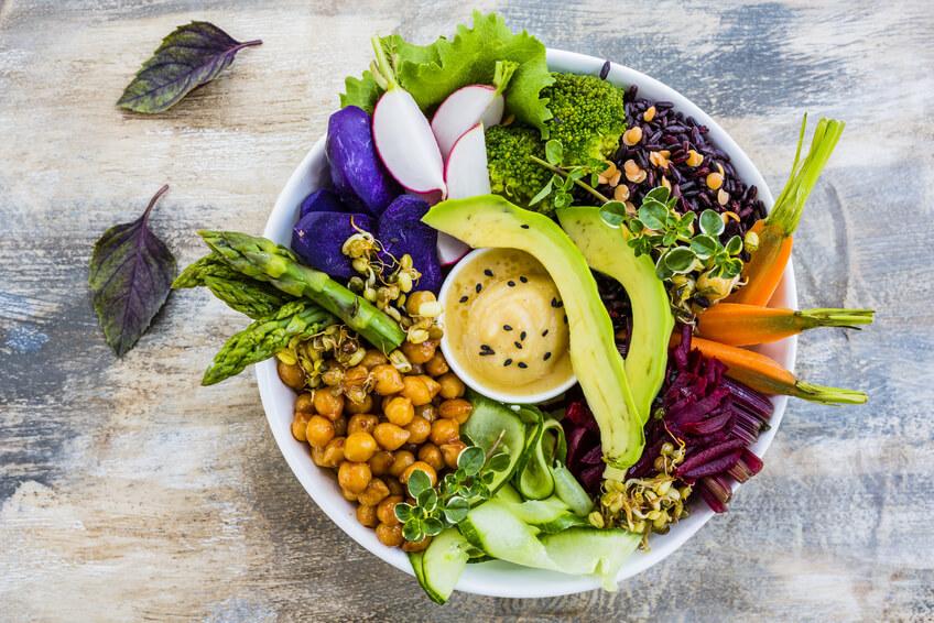 Bunter Rohkostteller mit diversen Gemüsesorten und Dip.