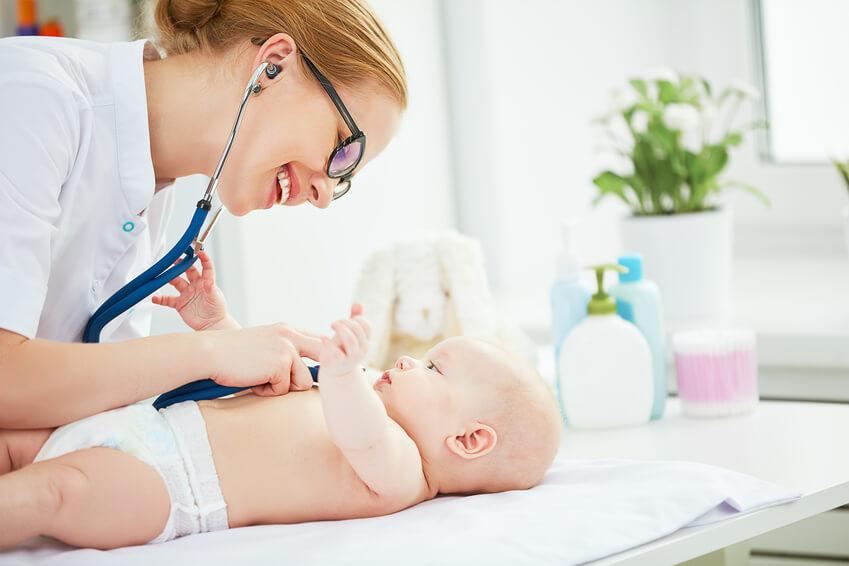 Ärztin hört Baby mit Stetoskop ab