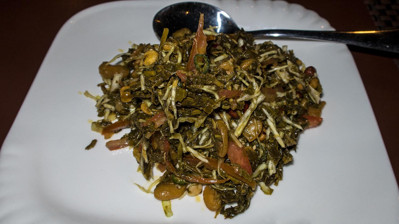 Asiatische Spezialität - Lahpet Thoke mit Löffel.