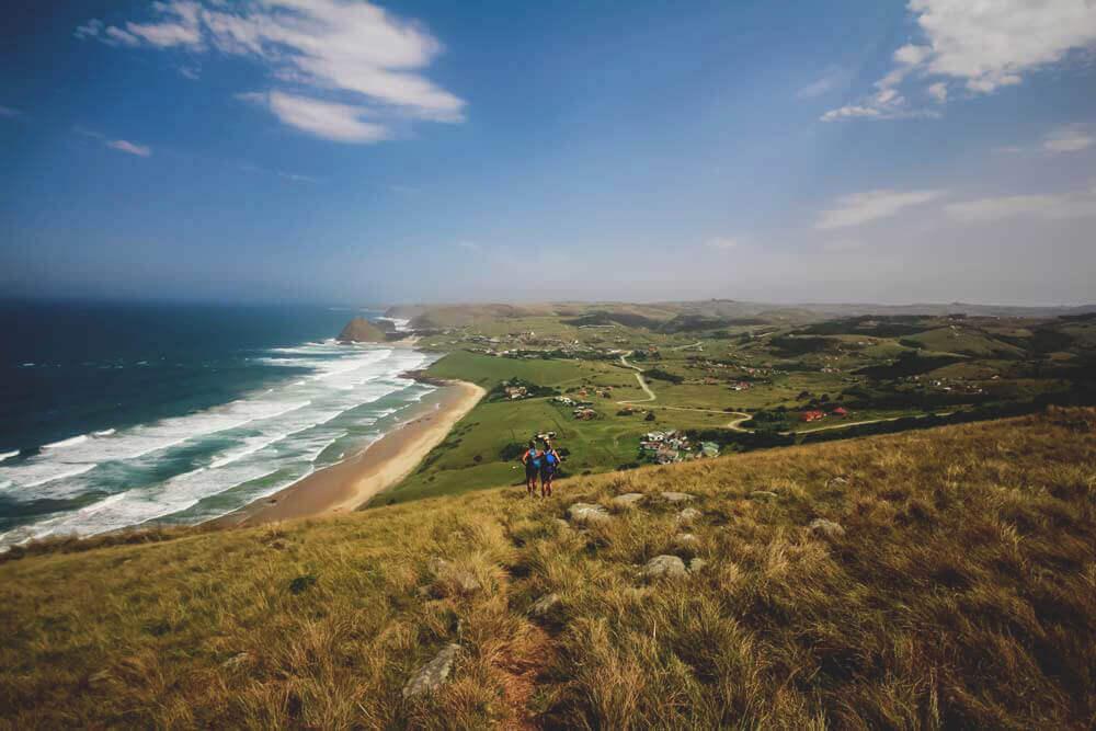 Zwei Backpacker wandern Richtung Coffee Bay Südafrika.