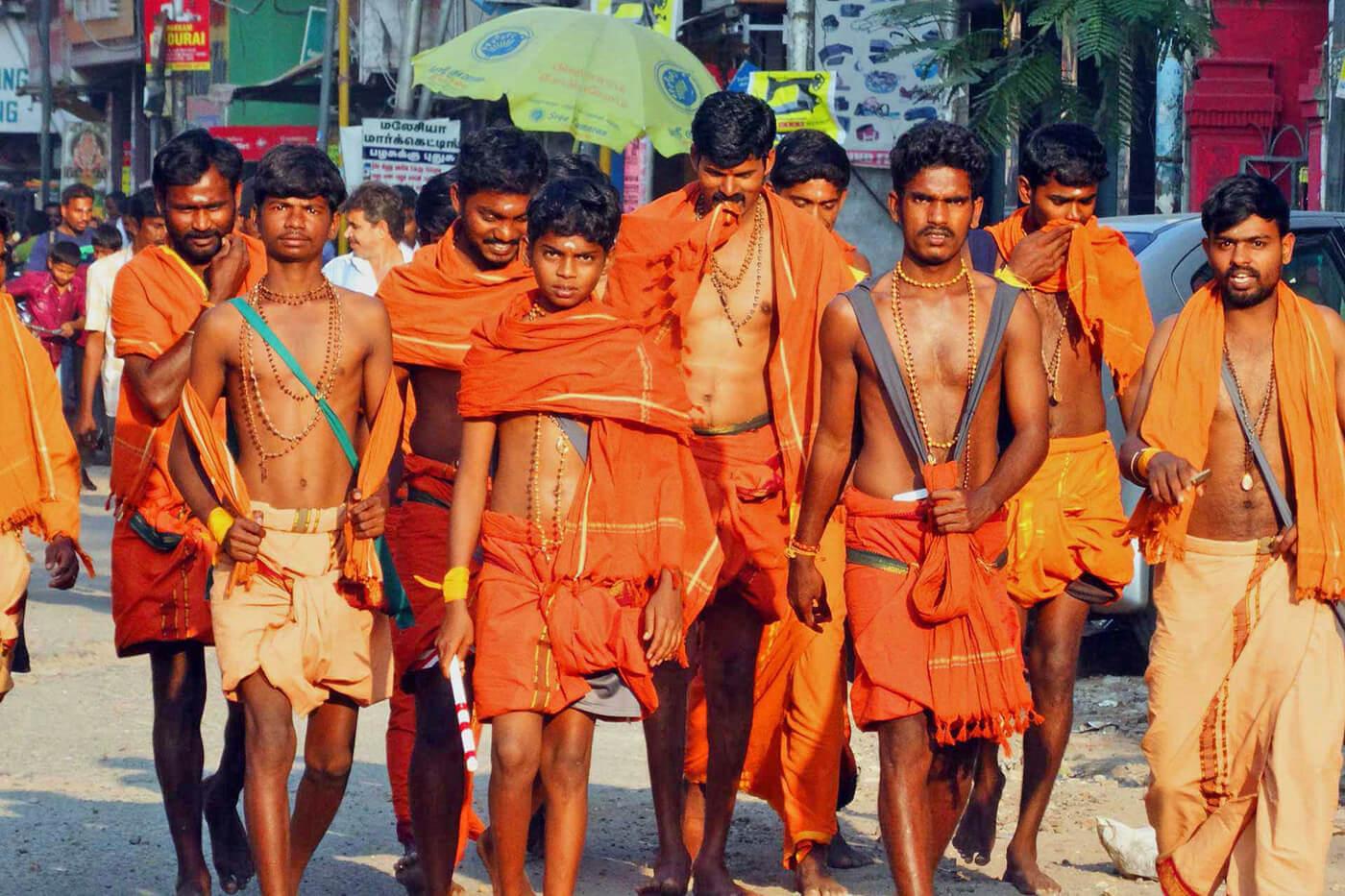 Gruppe junger Männer in Swami-Kleidung.