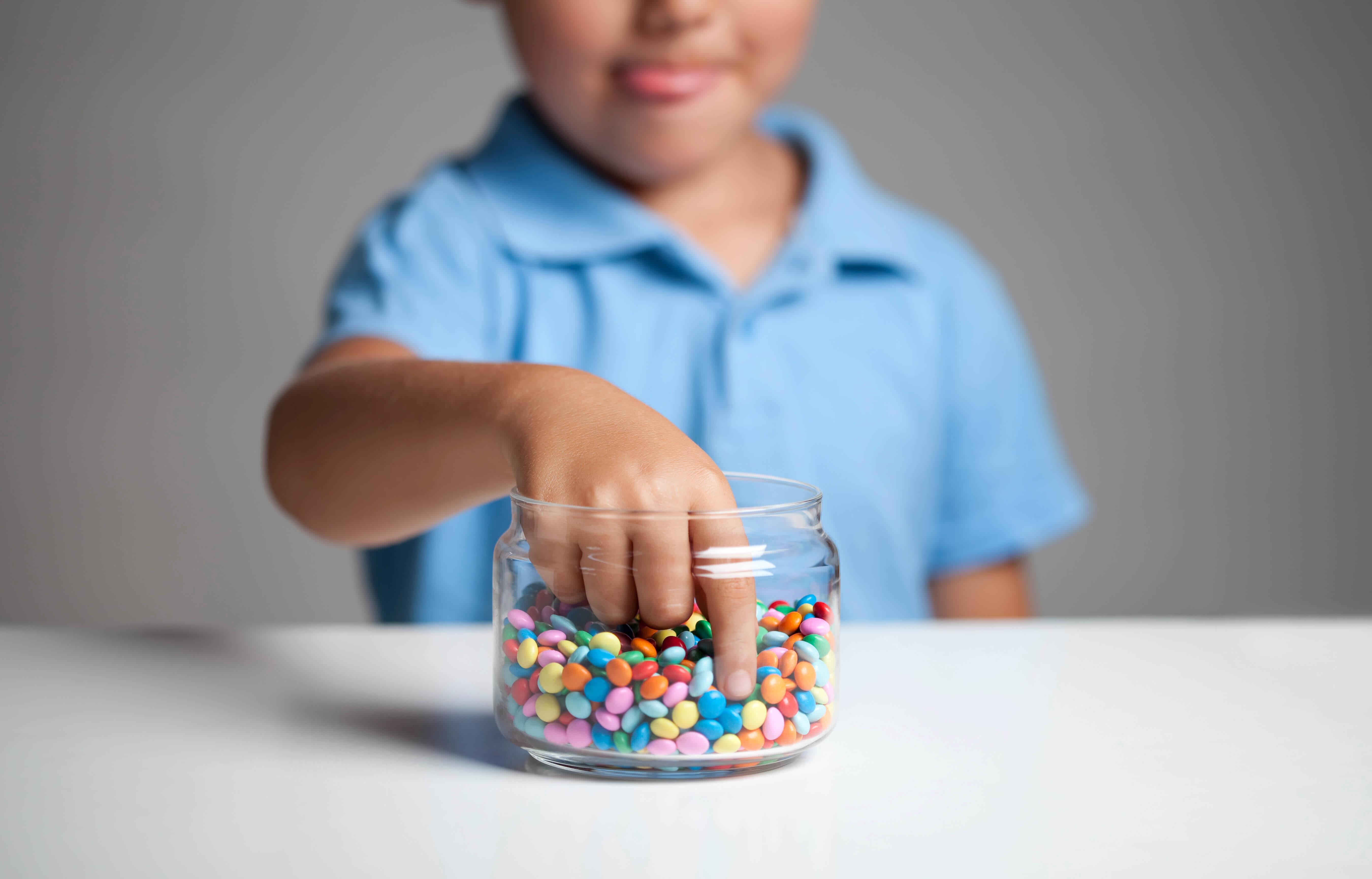 Zahnmythos Zucker ist schlecht fuer die Zaehne – Kind isst Suessigkeiten
