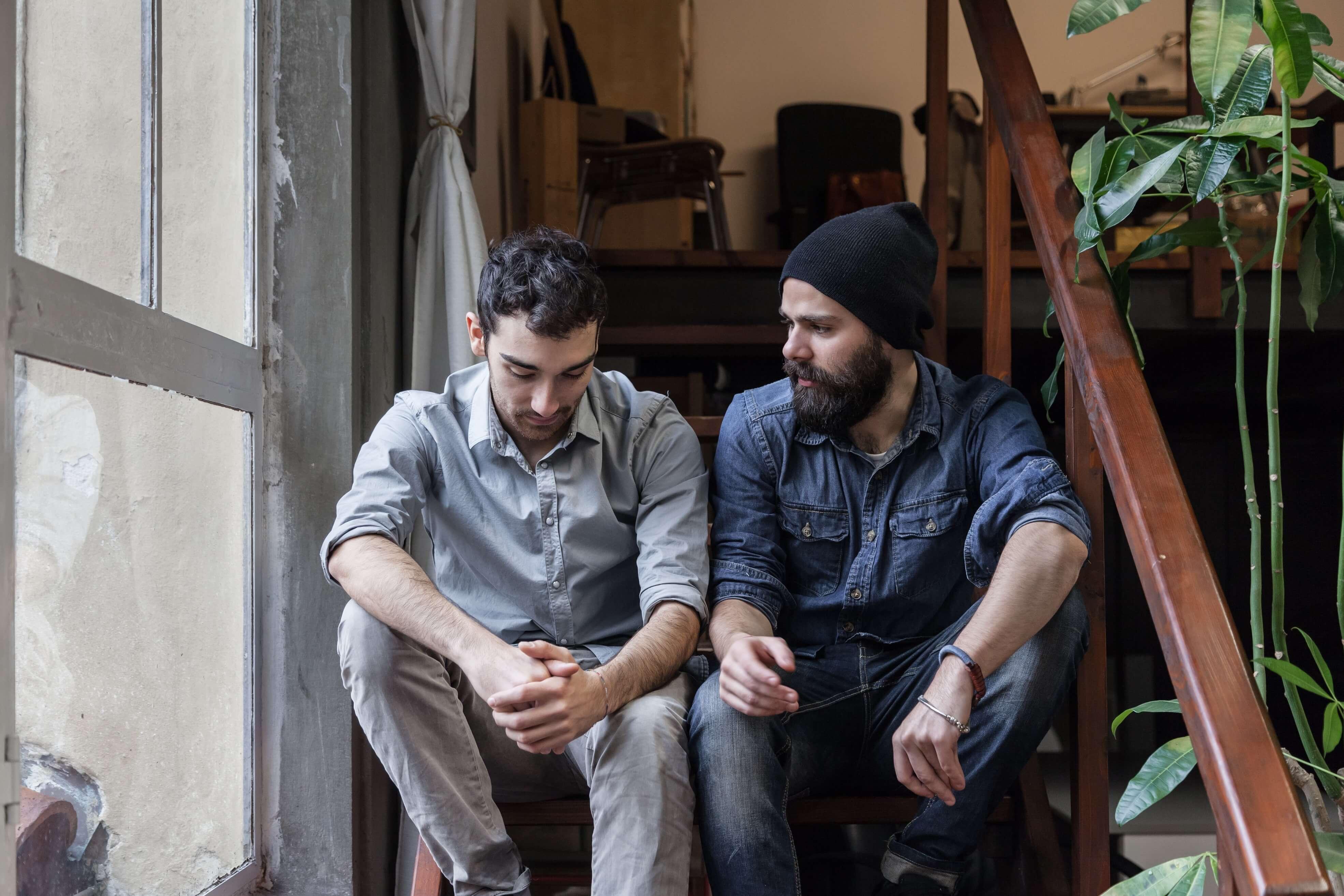 Depression Vorsorge - zwei Freunde sprechen offen miteinander.