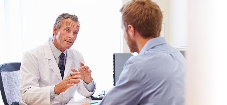Arztbesuch eines Mannes – eine Vorsorgeuntersuchung