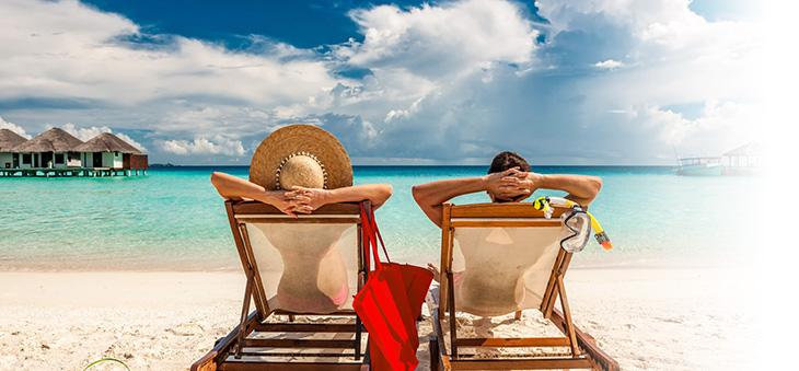 Zwei Urlauber am Strand in der Suedsee