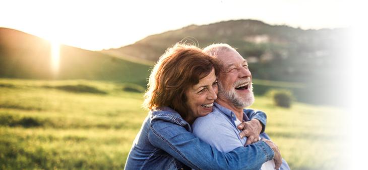 aelteres glueckliches Ehepaar – lachend.