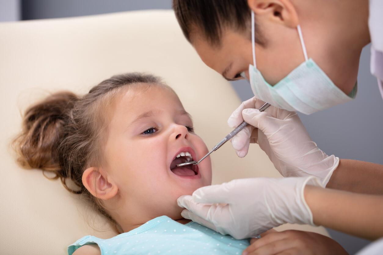 kleines-Maedchen-beim-Zahnarzt-Kreidezaehne-Kontrolluntersuchung