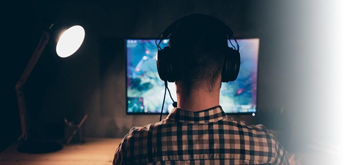Jugendlicher-spielt-Videospiel-am-Computer