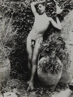 Gloeden Wilhelm von, 4 Fotografien: Stehender Knabenakt (2); Sitzender Knabenakt, 1890er Jahre; Knabe mit fliegendem Fisch, 1890er Jahre