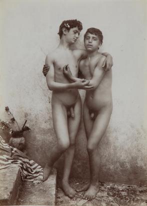 Gloeden Wilhelm von, (zugeschrieben). 3 Fotografien: Drei  sizilianische Jünglinge; Zwei sizilianische Jünglinge (2)