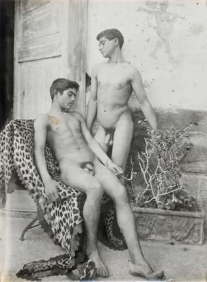 Gloeden Wilhelm von, Zwei Knaben vor der Villa Barbaja, Neapel