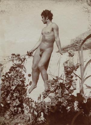 Gloeden Wilhelm von, Sizilianischer Knabe auf Mauer sitzend
