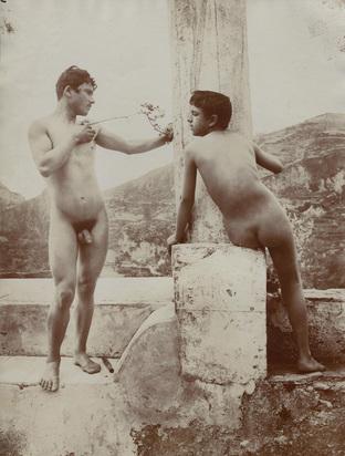 Gloeden Wilhelm von, Zwei sizilianische Knaben um Säule