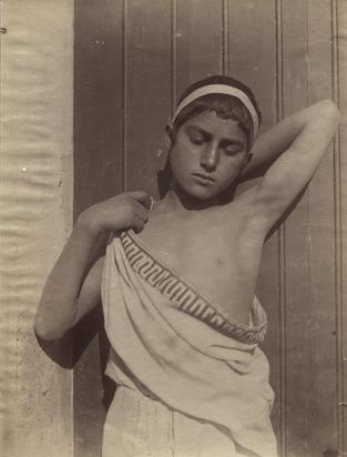Gloeden Wilhelm von, Sizilianischer Knabe mit Stirnband und Toga